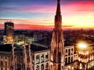 uomo di Milano al tramonto